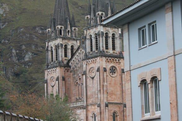 Picos de Europa nasjonalpark, Asturias, Nord-Spania, Spania, Covadonga, hellige grotte, Basilica de Covadonga