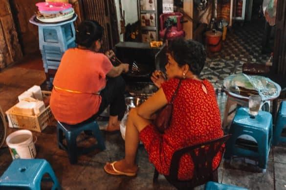 Lokalbefolkningen spiser i Hanoi